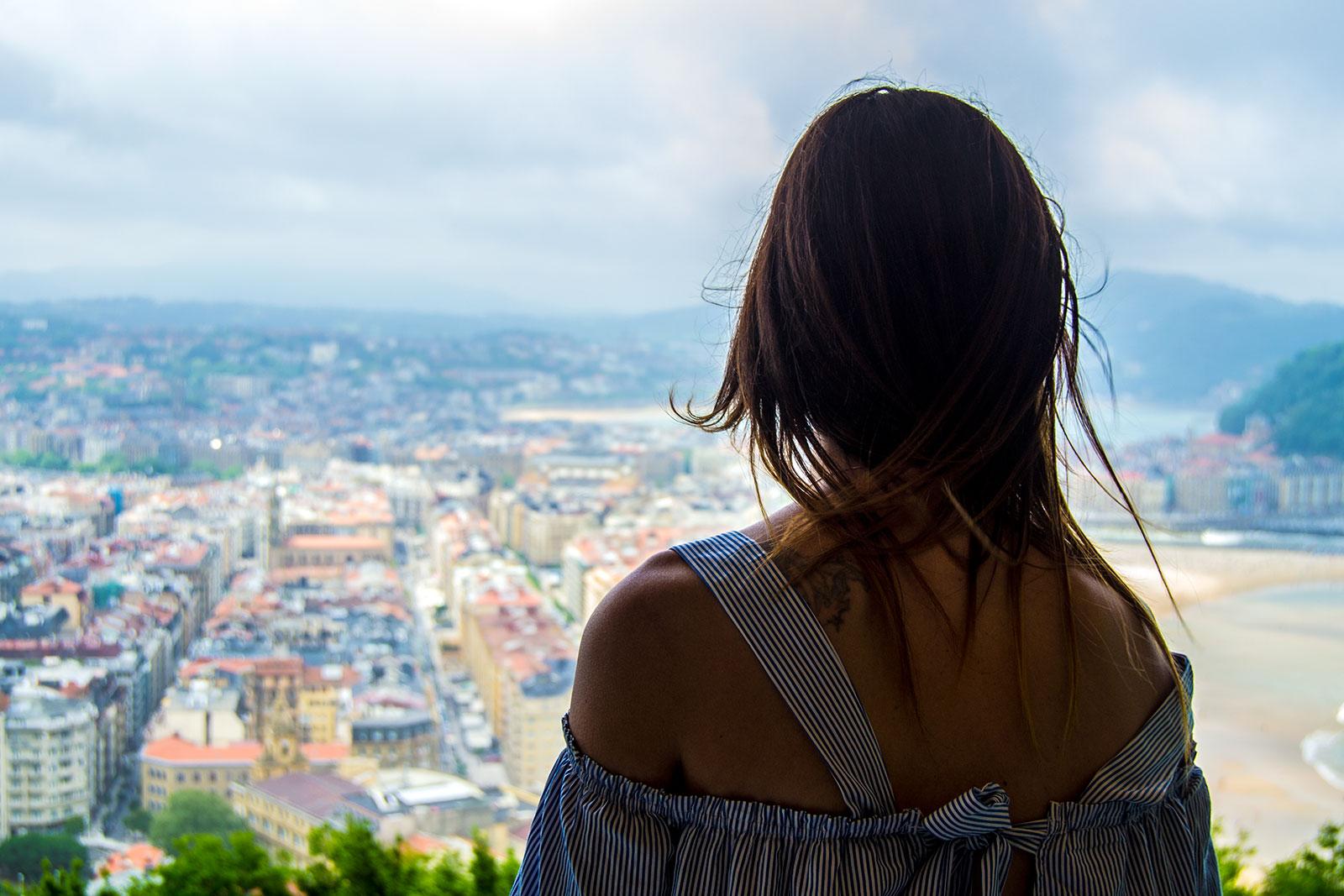 Nerea mirando las vistas desde el restaurante el Mirador de Ulía - Sabores de Donostia