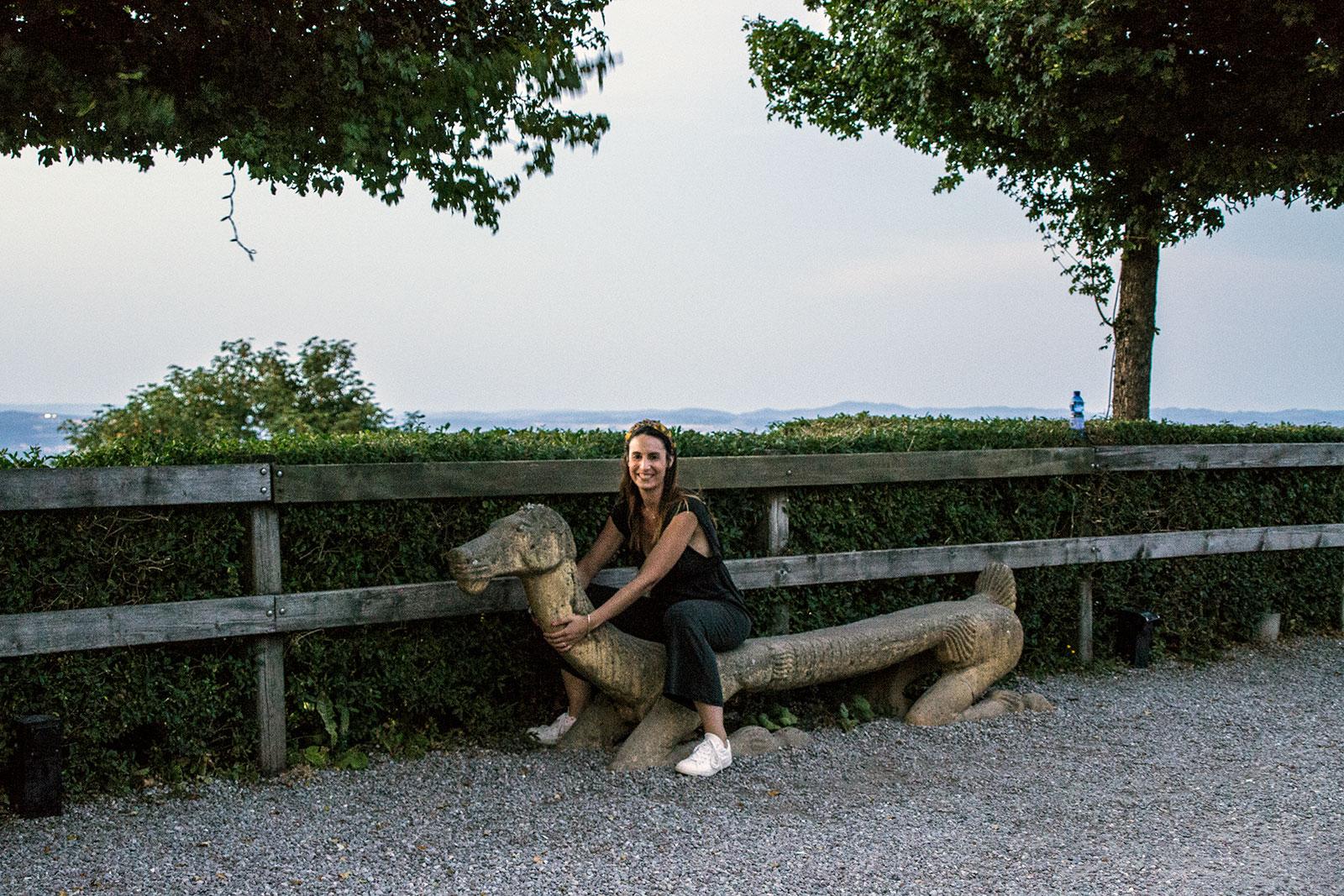 Nerea sentada en un banco-perro - qué ver en Zúrich