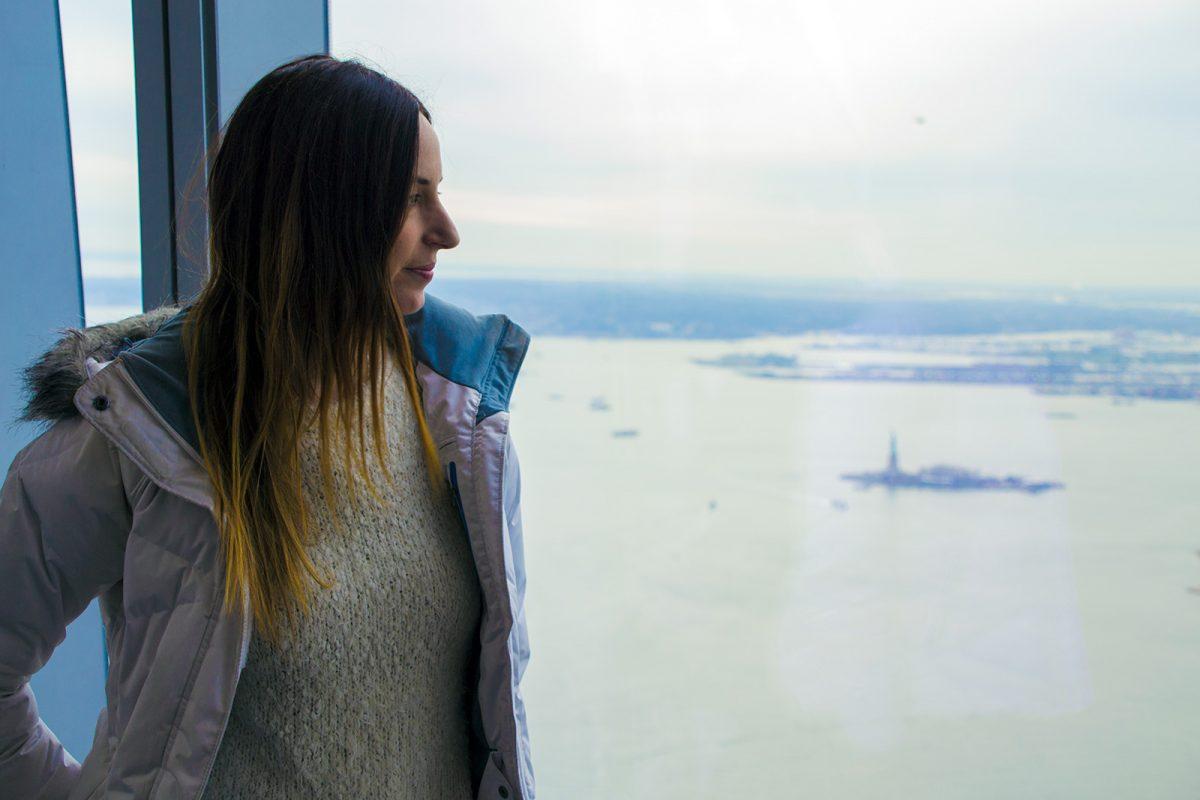 Nerea y la estatua de la Libertad desde Freedom Tower - Mejores vistas de Nueva York