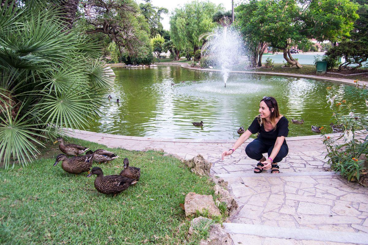 Nerea y patos en la rosaleda de la princesa Grace - un día en Niza y Montecarlo
