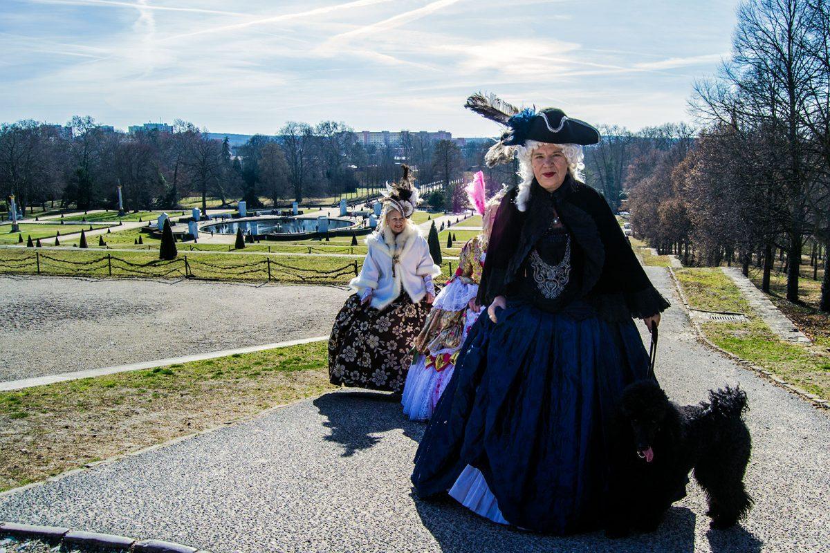 Personas disfrazadas en el Palacio de Sanssouci - día 3 en Berlín