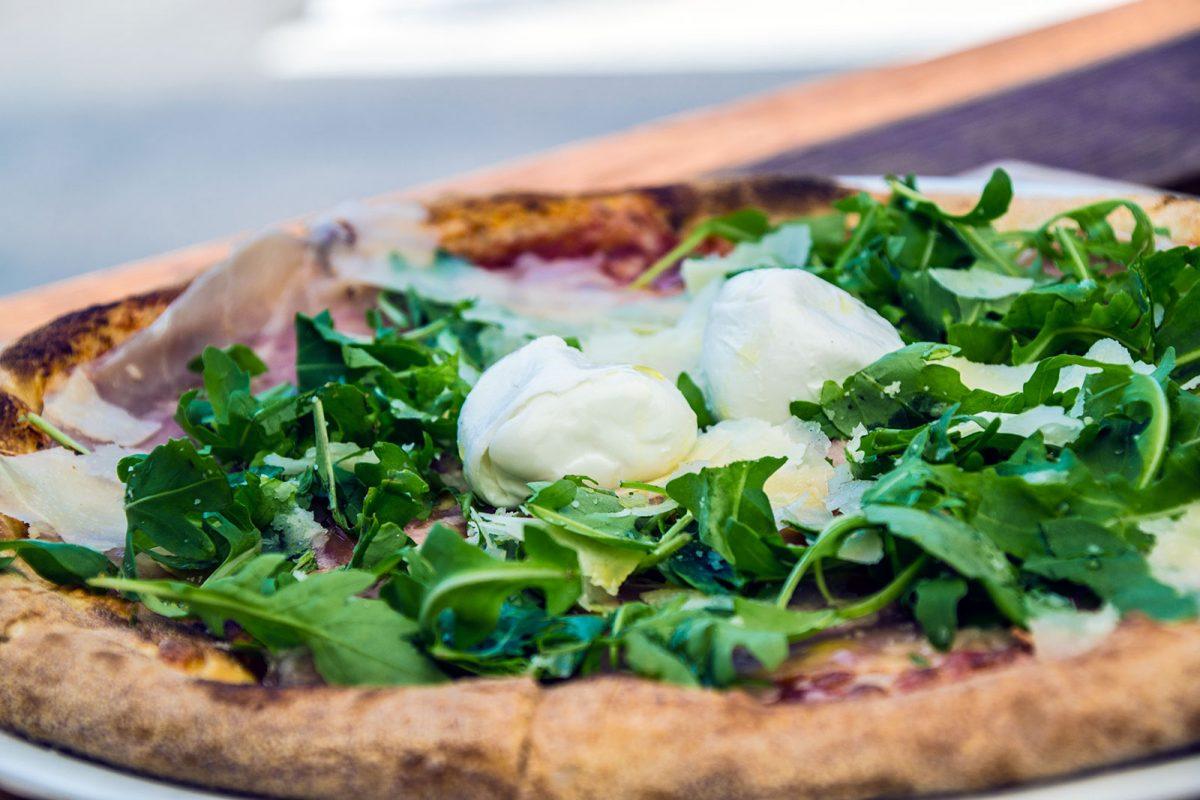 Pizza y rúcula con burrata en La Rouvenaz - Montreux la joya del lago Lemán