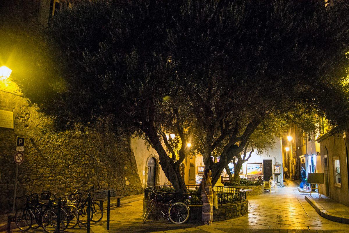 Plaza Saint-Tropez de noche