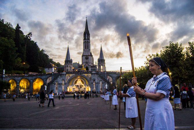 Procesión diaria en el Santuario de Lourdes