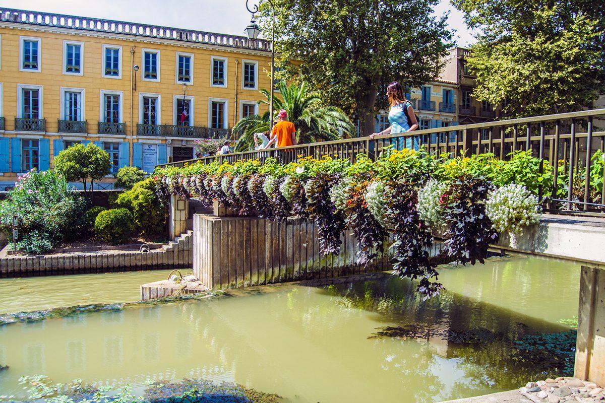 Puente con flores en Narbona - qué ver en Narbona
