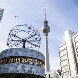 Reloj mundial de Alexanderplatz y torre de televisión