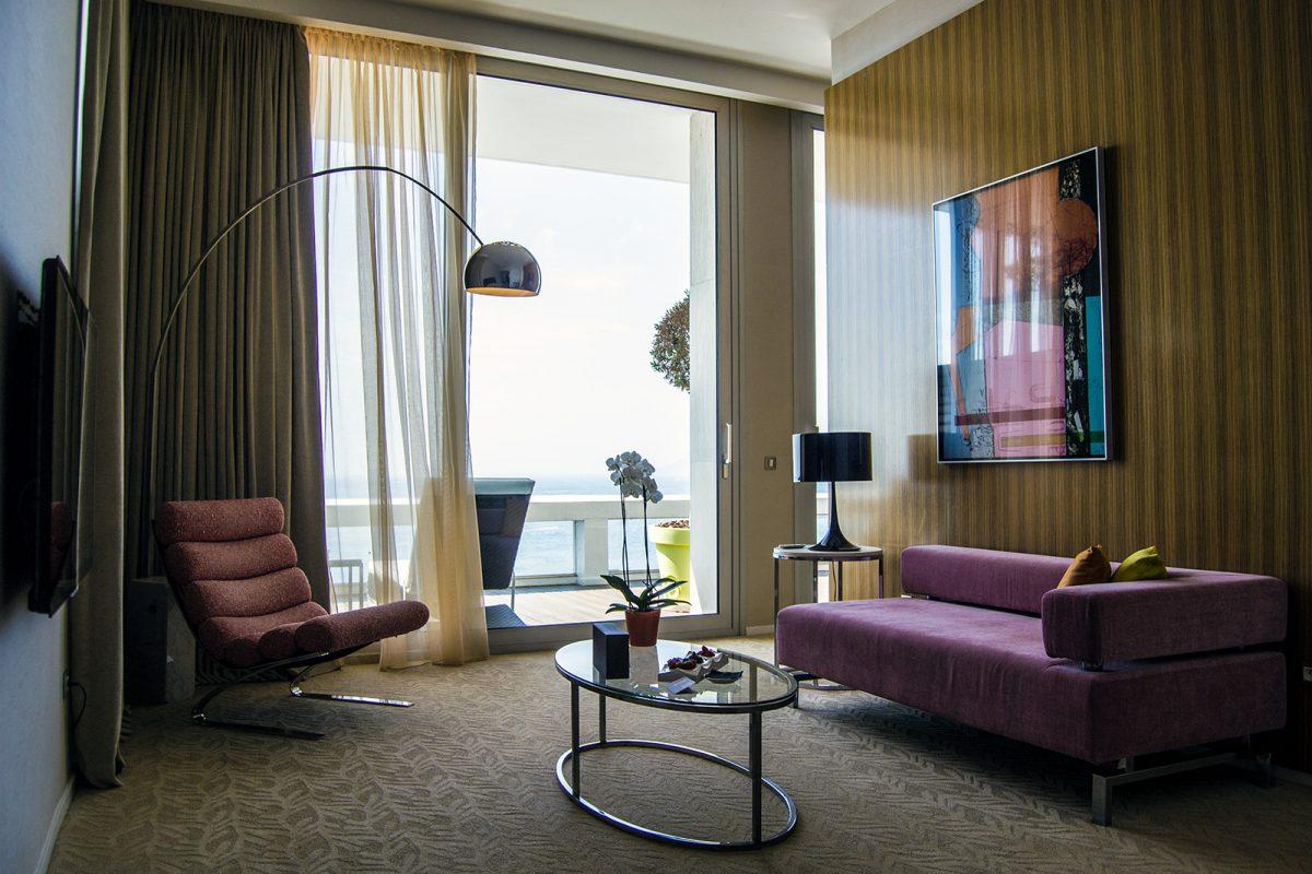 Sala de estar del Grand Hotel Cannes con vistas al mar