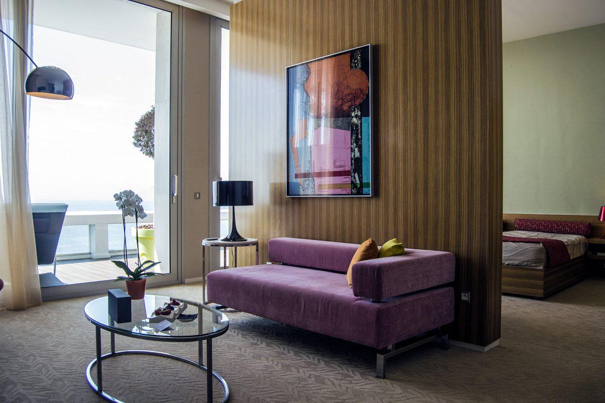 Sala de estar, dormitorio y terraza del Grand Hotel Cannes con vistas al mar