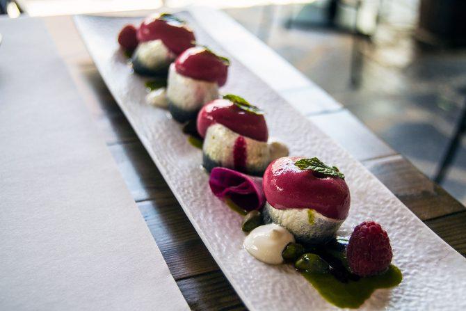 Sardinas marinadas con frambuesa, remolacha y pistacho en Compartir Cadaqués - regreso Costa Brava