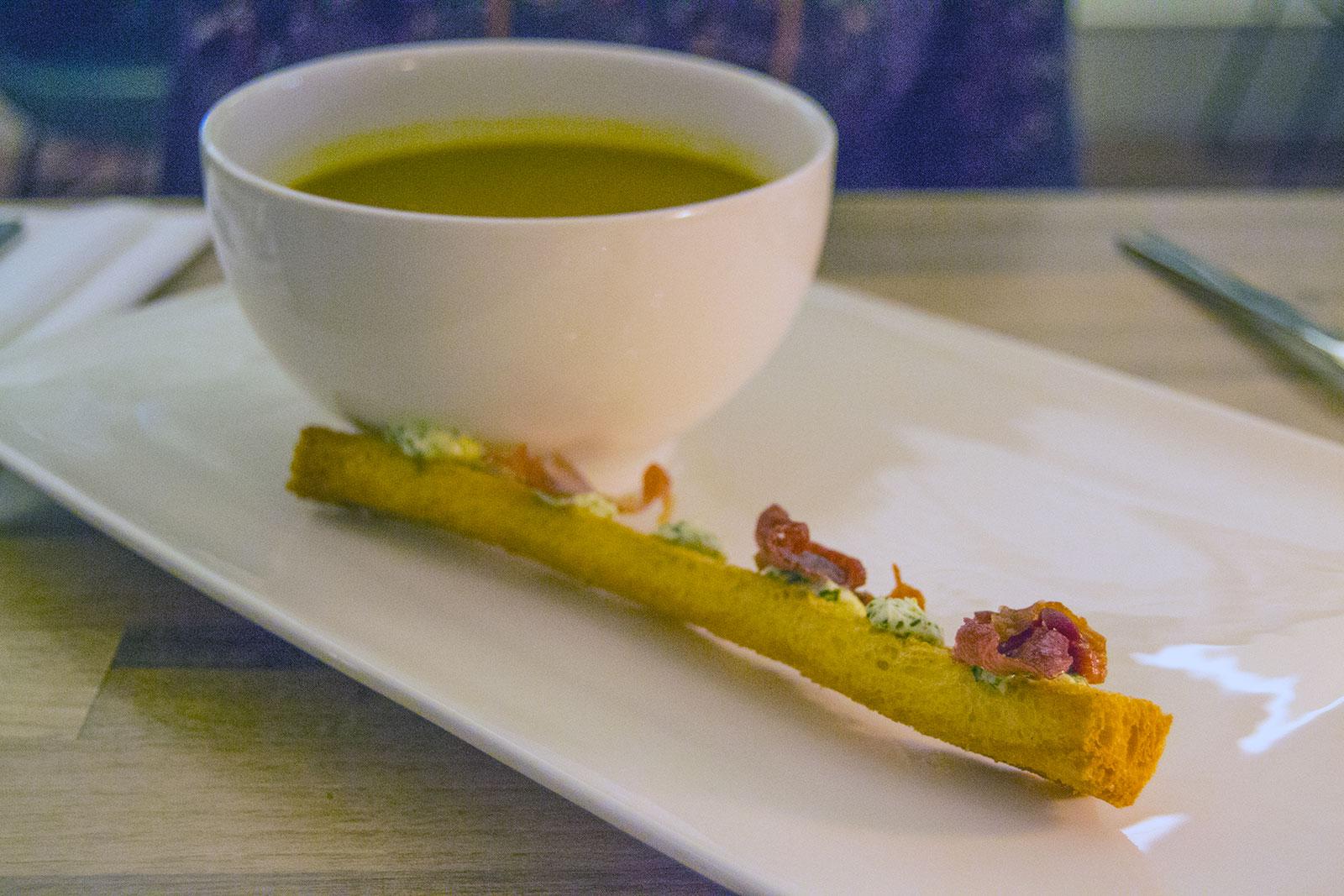 Sopa caliente en la cena del Inntel Zaandam