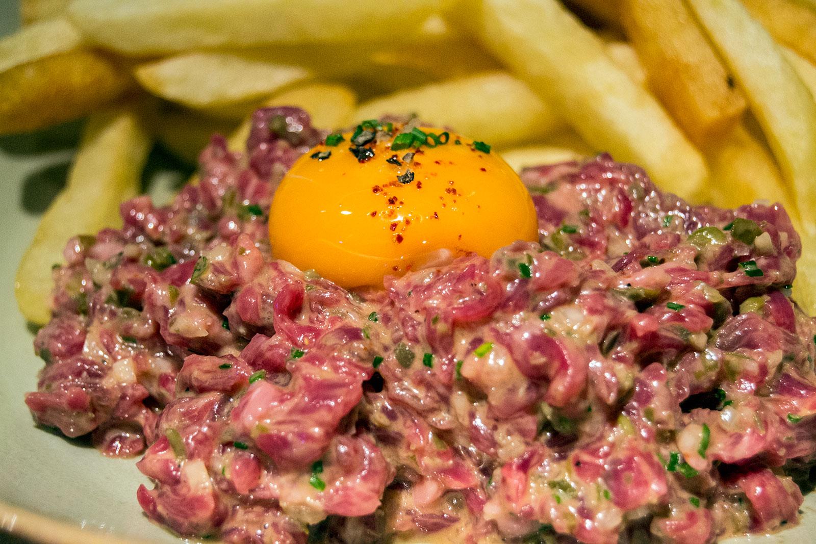 Steak tartar con patatas fritas - Lamadame
