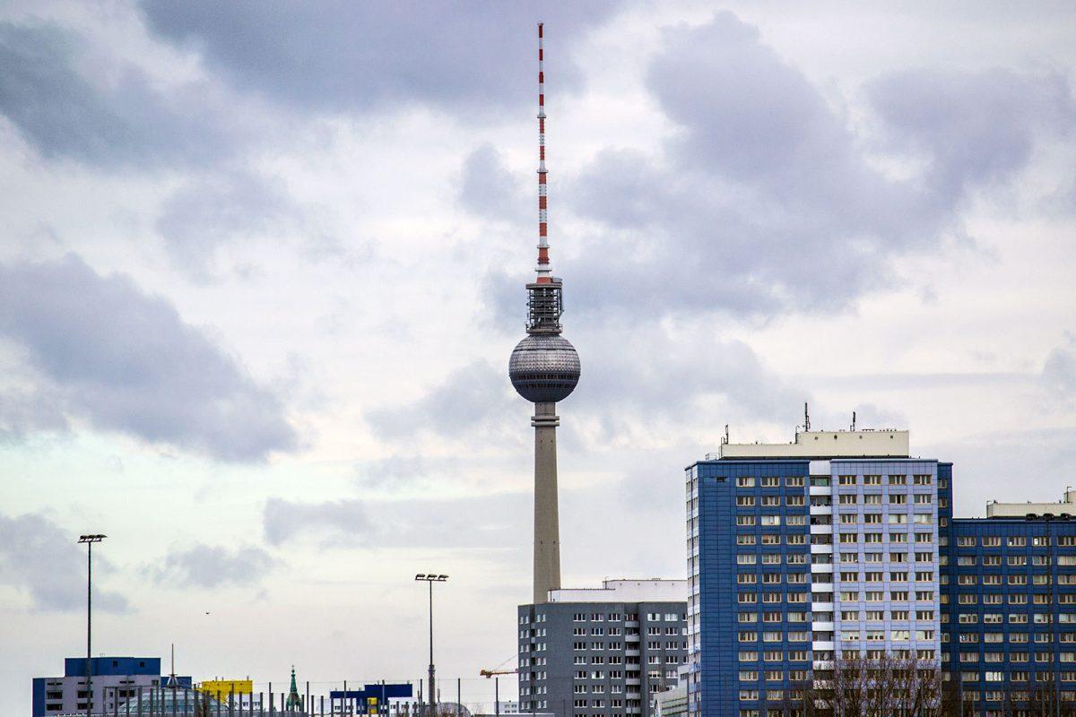 TV Tower de fondo desde la estación Warschauer Straße - día 4 en Berlín