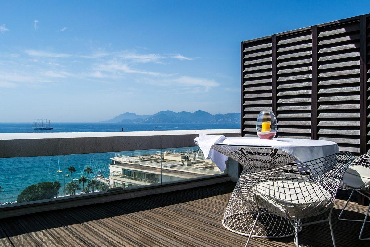 Terraza del Grand Hotel Cannes con vistas al mar