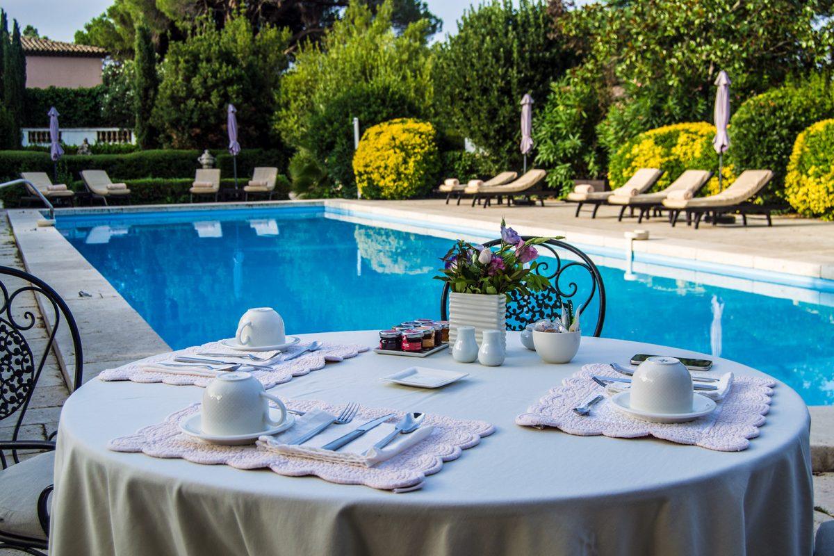 Terrazas en la piscina del hotel Mas de Chastelas