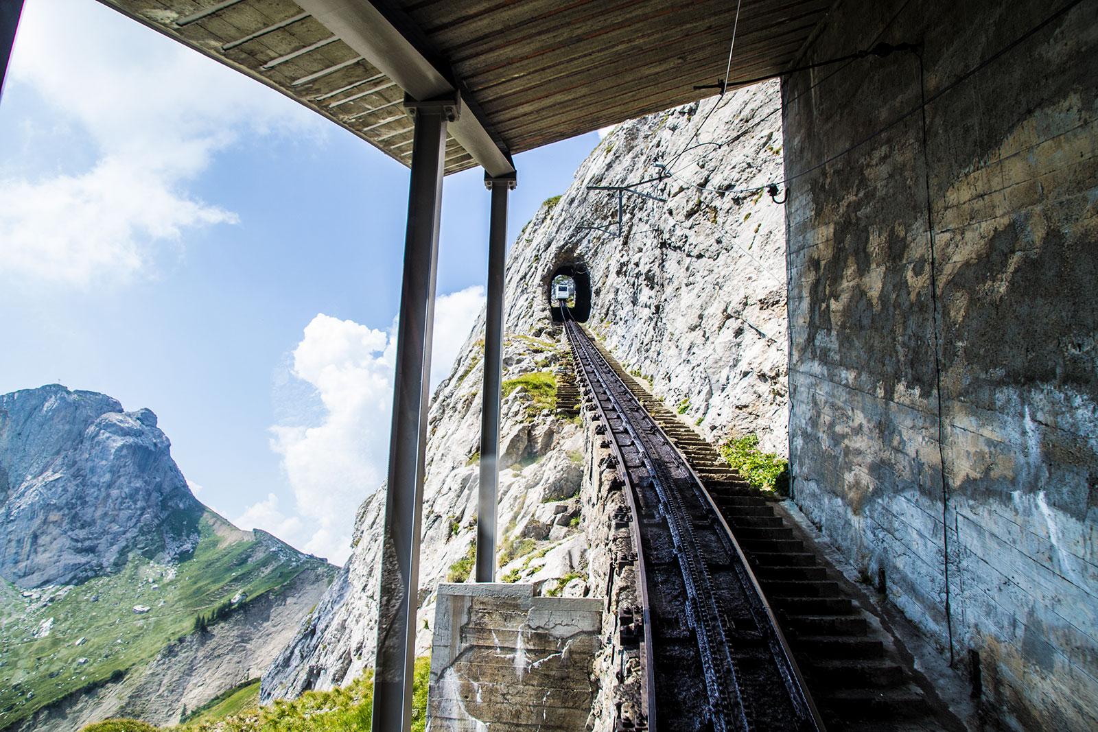 Tren cremallera Pilatus en túnel de piedra - tren cremallera Monte Pilatus