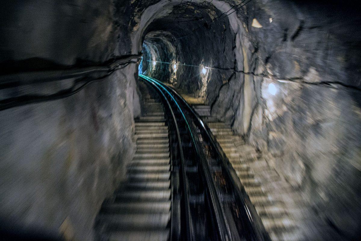Túnel en el trayecto del tren cremallera pilatus - tren cremallera Monte Pilatus