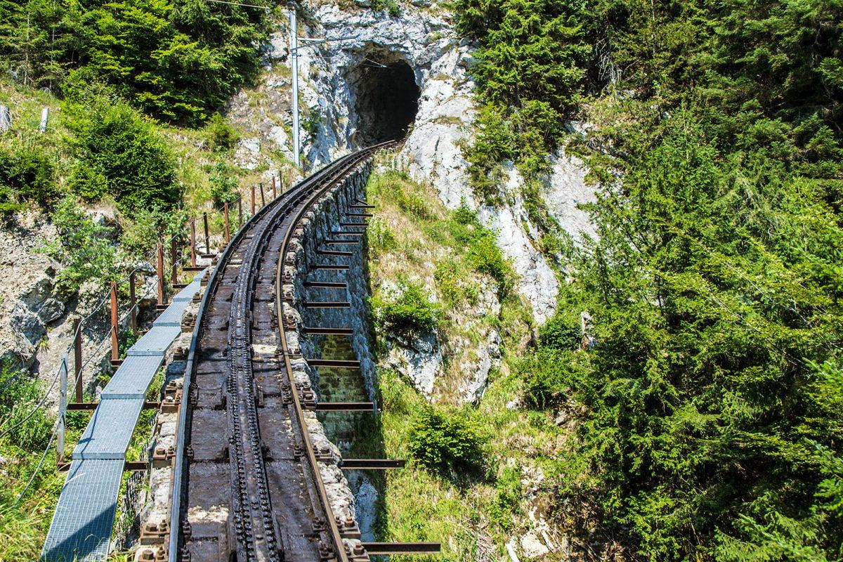 Túnel en el trayecto del tren pilatus - tren cremallera Monte Pilatus
