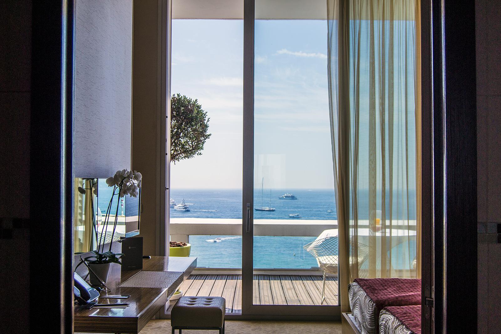 Vistas de la playa desde el dormitorio del Grand Hotel Cannes con vistas al mar