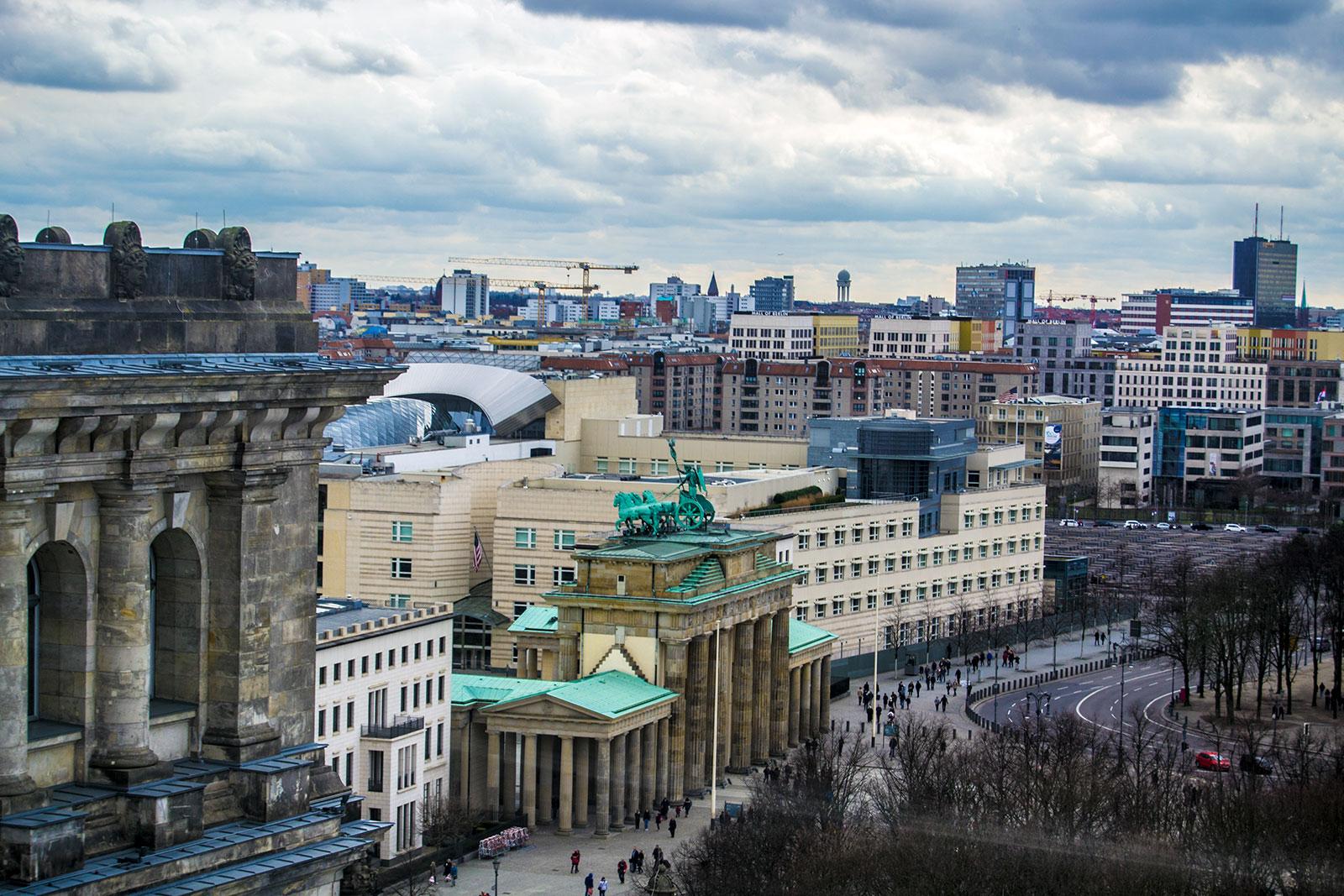 Vistas de la puerta de Brandenburgo desde la cúpula del Reichstag - día 4 en Berlín