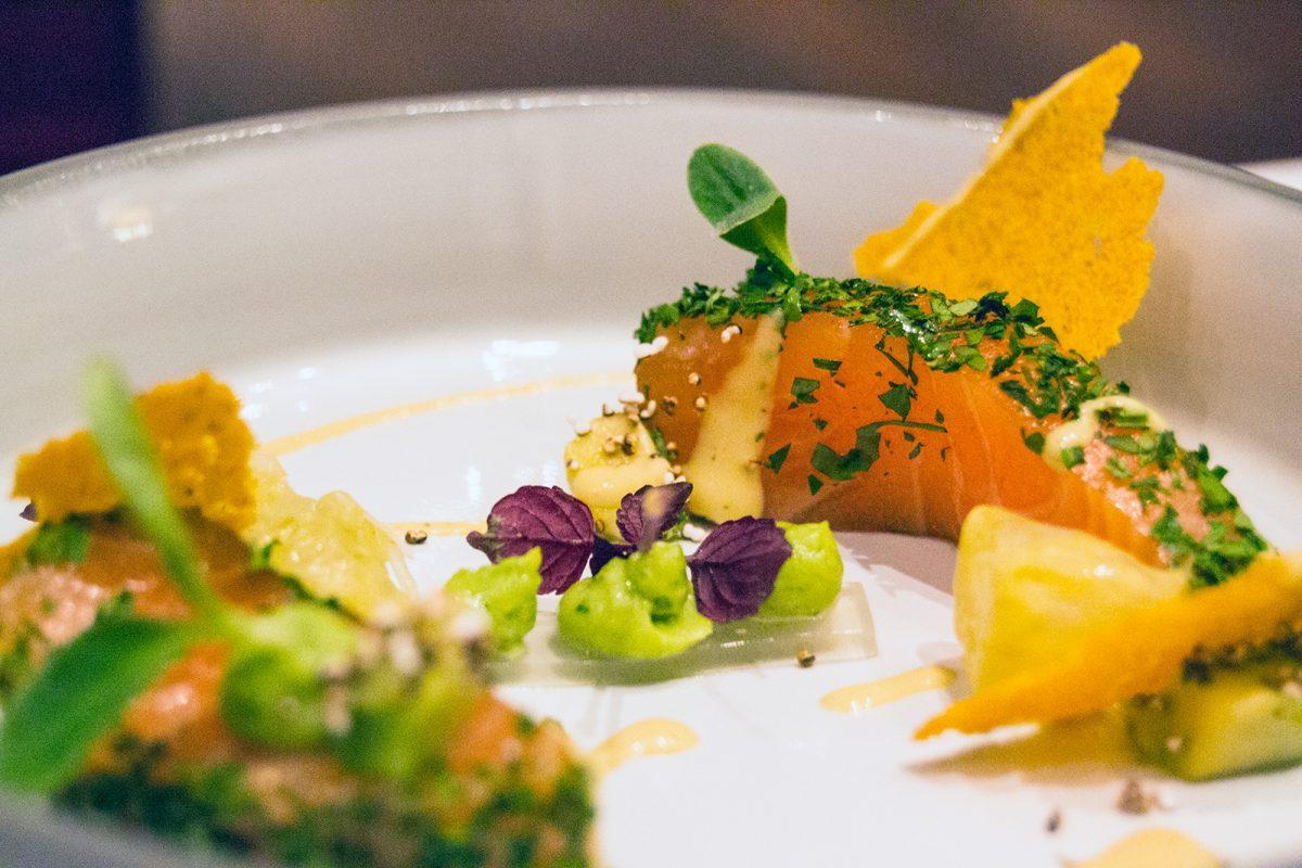 Salmón, aguacate, curry, miel de pomelo en Markus Semmler