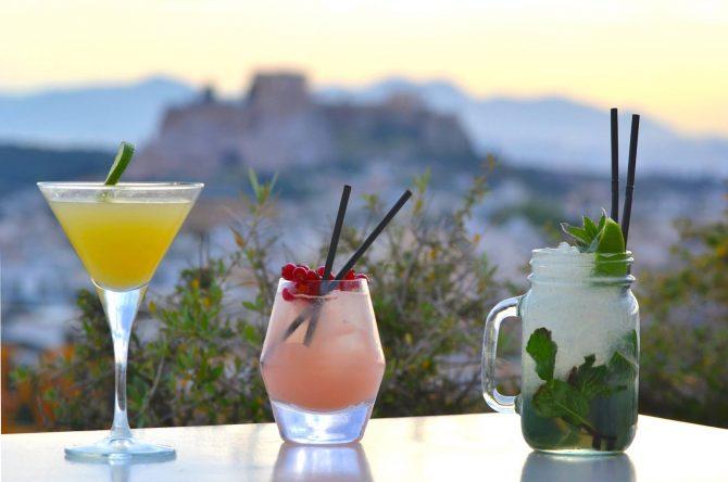 Cócteles en la terraza con vistas a la Acrópolis del Galaxy Bar del hotel Hilton de Atenas