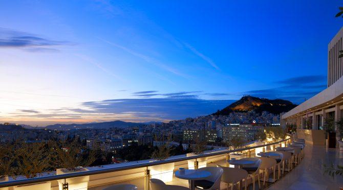 Terraza con vistas a la Acrópolis del Galaxy Bar del hotel Hilton de Atenas