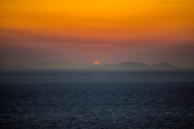 Atardecer desde el puerto de Oia en Santorii - mejores atardeceres de Santorini