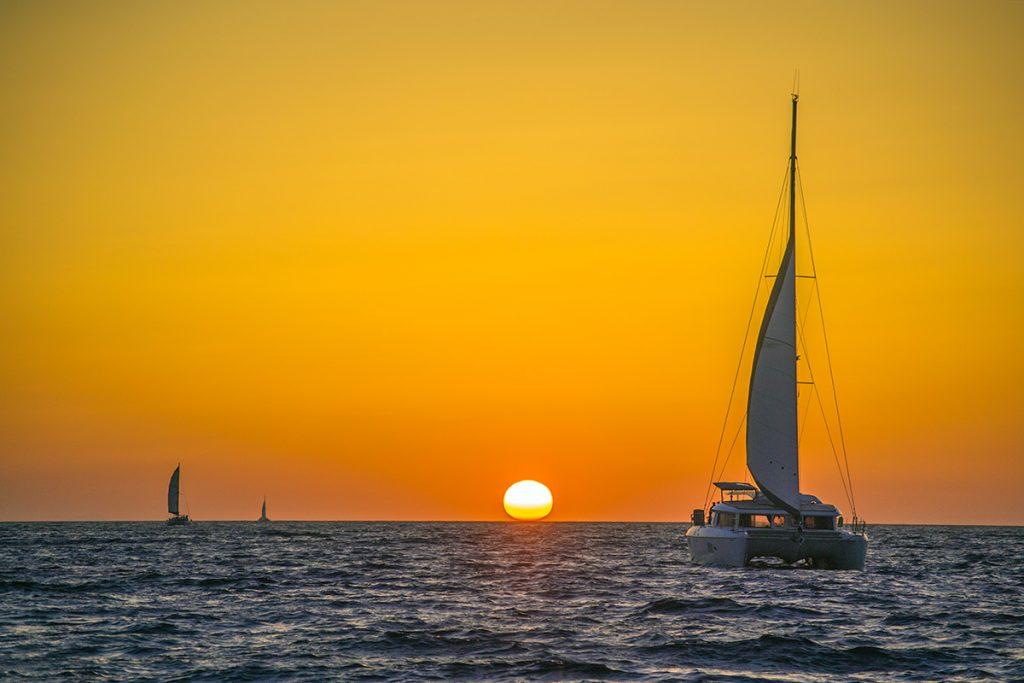 Atardecer desde el puerto de Oia en Santorini - mejores atardeceres de Santorini