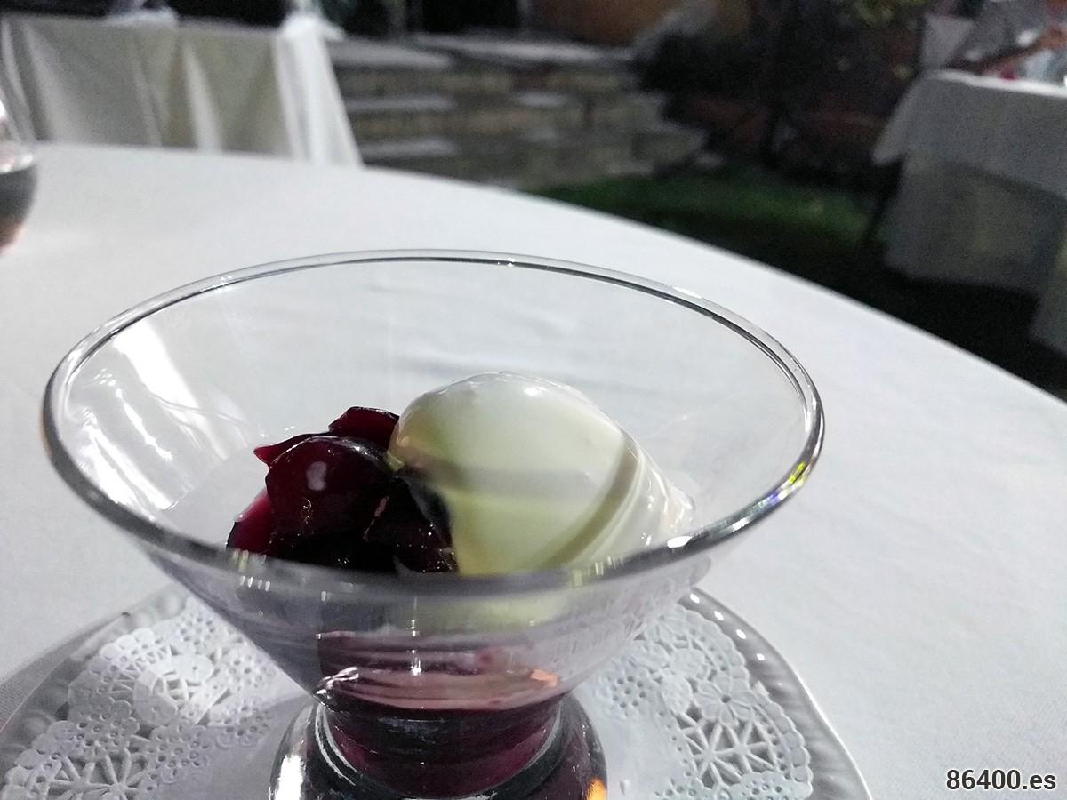 Cerezas de Bolea estofadas con helado de yogur