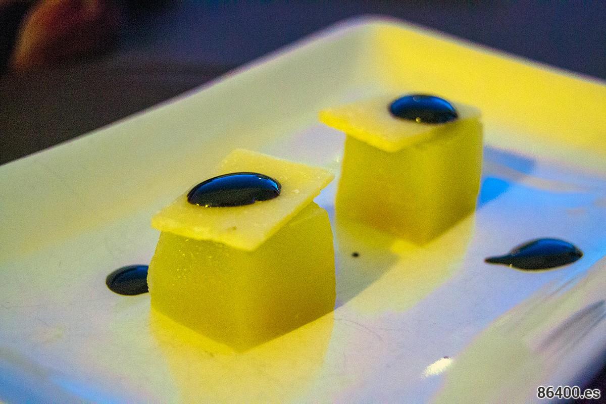 Melón-y-gelatina-de-piña-con-escamas-de-parmesano-y-crema-balsámica