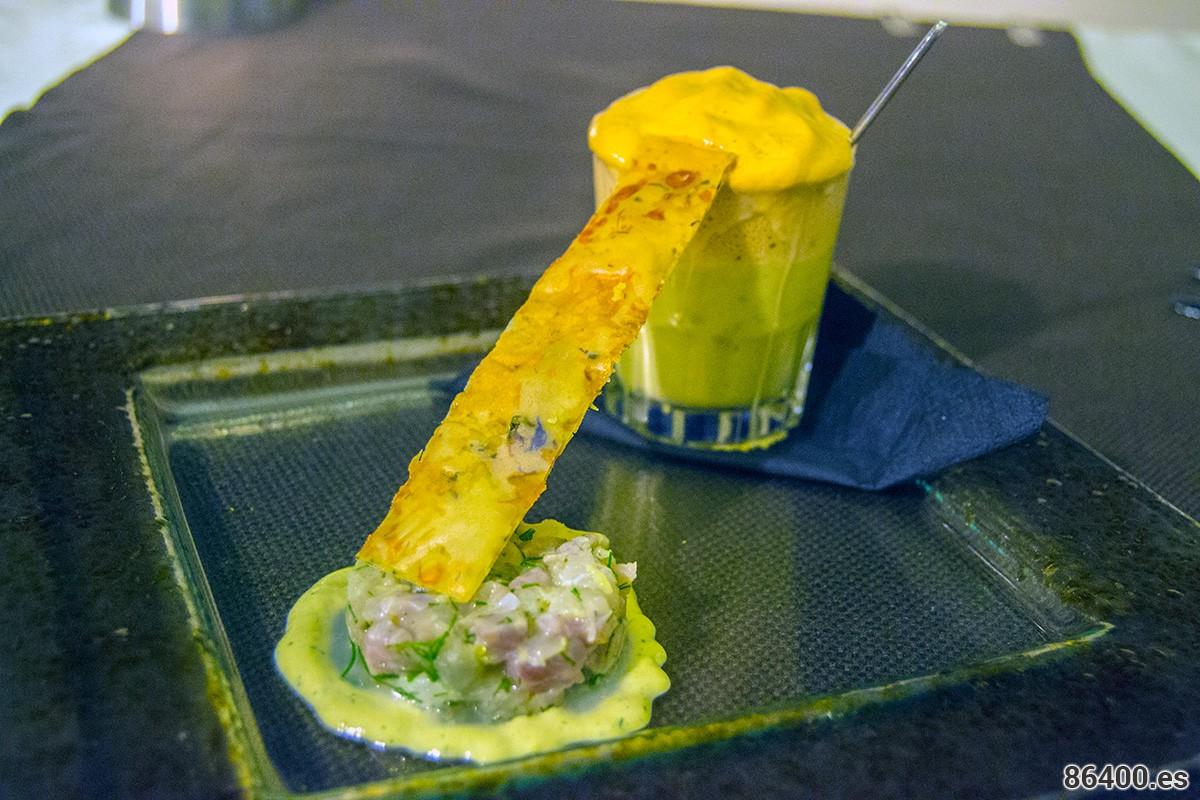 Tartar-de-róbalo,-salsa-de-tarama-blanco-(huevas-de-lisas),-velouté-de-hinojo,-con-mousse-de-camarones-a-la-parrilla