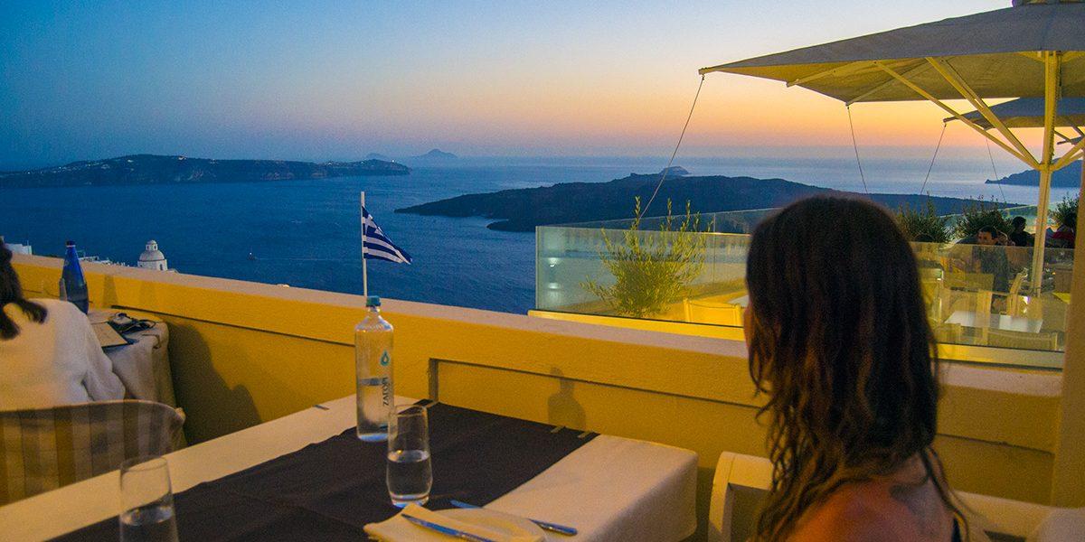 Vistas-desde-la-terraza-del-Restaurante-Koukoumavlos-de-Santorini-