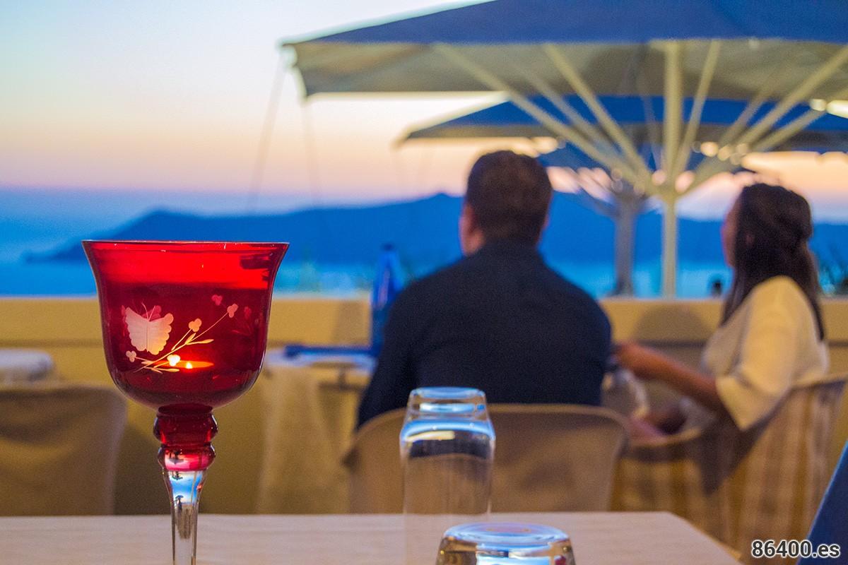 Vistas-desde-la-terraza-del-Restaurante-Koukoumavlos-de-Santorini-2