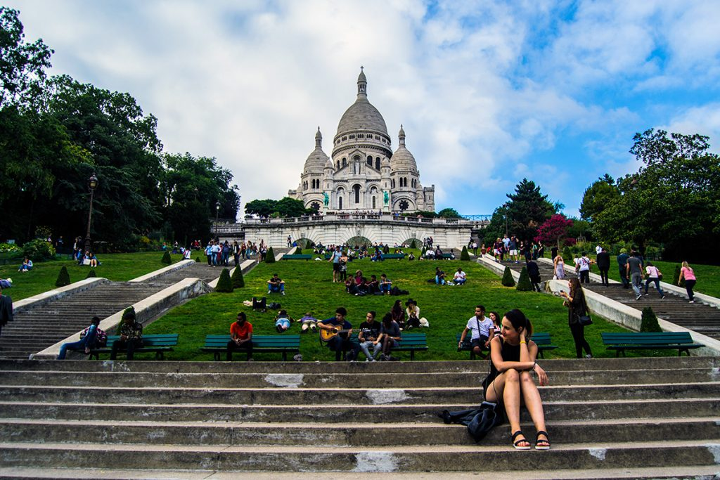 descanso-en-el-cesped-de-la-basilica-del-sacre-cour-en-montmartre-que-ver-en-montmartre