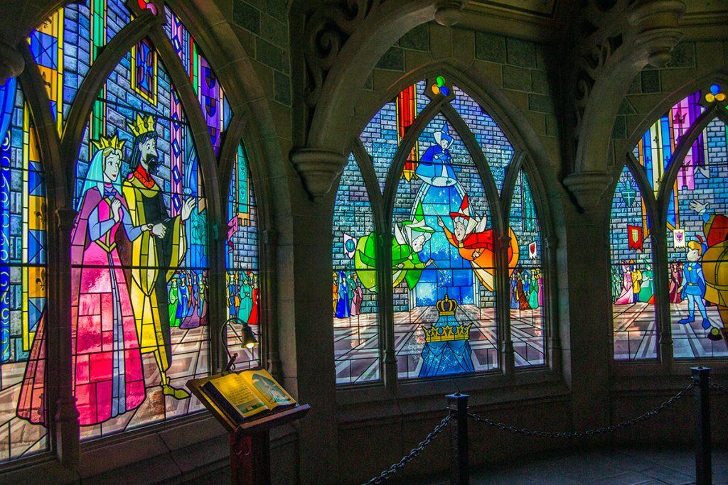 Escenas de la Bella Durmiente en las vidrieras del castillo - Consejos Disneyland París