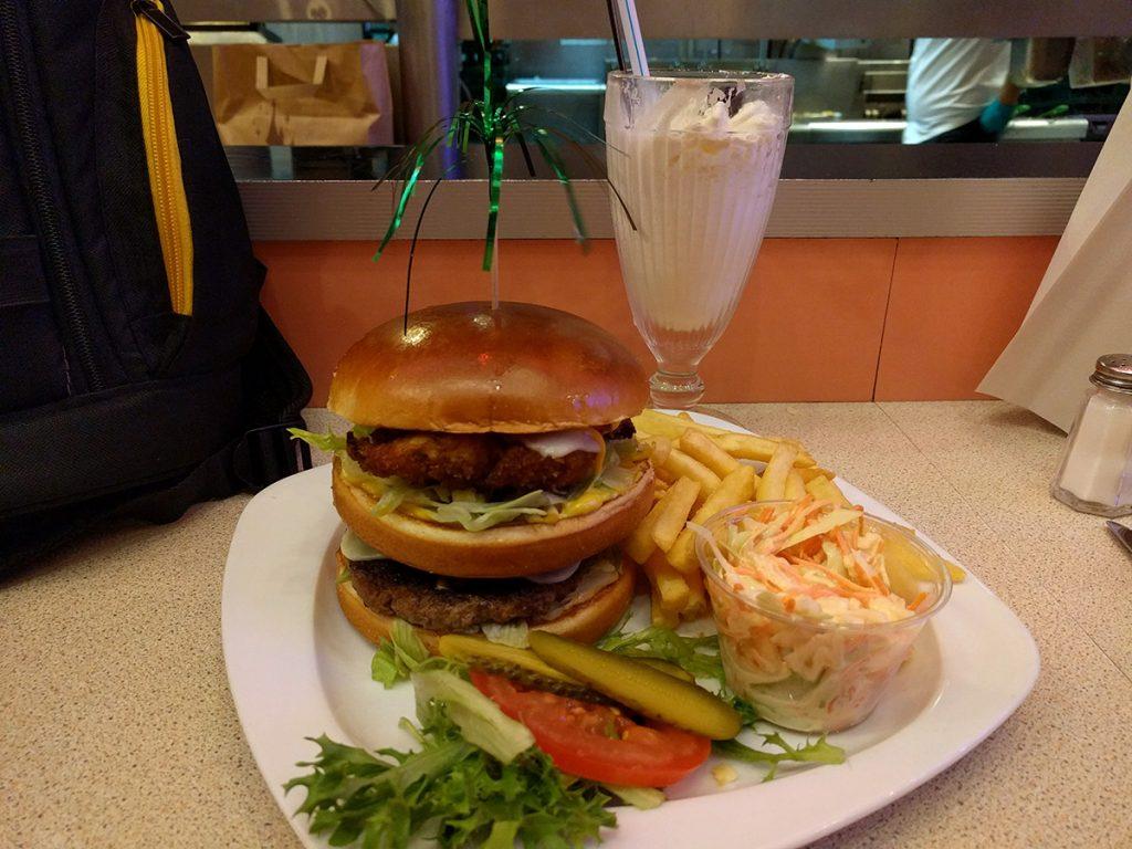 Hamburguesa y batido en el restaurante Annette's Diner - Consejo Disneyland París