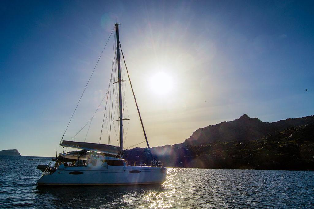 A punto de atardecer en alta mar - Descubrir Santorini