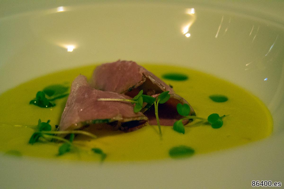 Amuse Bouche: Crema fava de Santorini con apaki (lomo de cerdo curado) de Creta y aceite de perejil - Descubrir Santorini