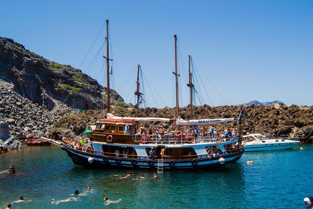 Barco en las aguas termales de Santorini - Descubrir Santorini