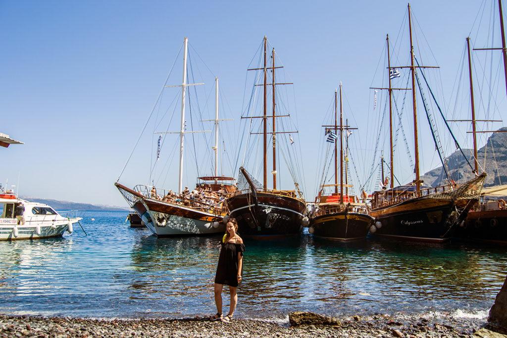 Barcos y aguas cristalinas de la isla de Therasia - Descubrir Santorini
