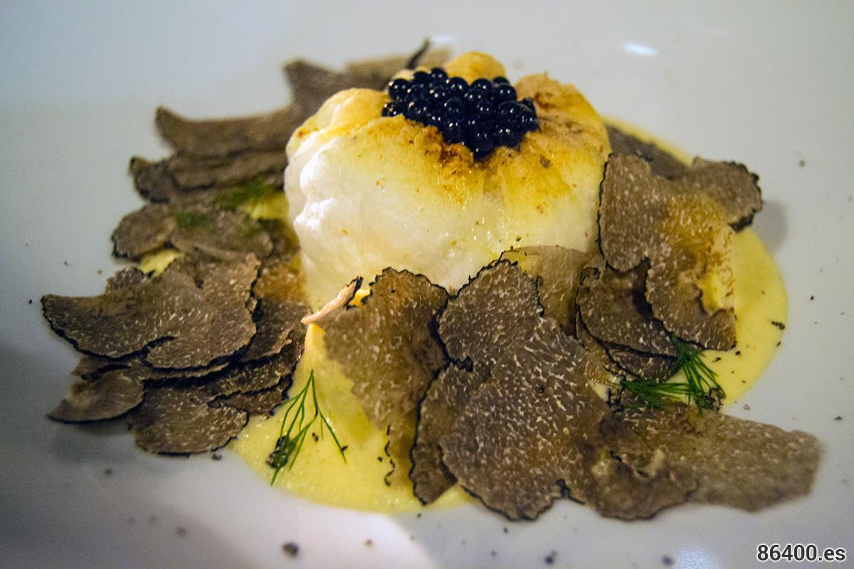 Bomba de huevo y limón: Gallo yiouvarlakia, huevo soufflé, perlas de trufa, escamas de trufas (trufa griega de la parte central de Grecia) - Descubrir Santorini