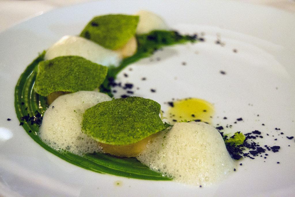 Escalopes Langoustine: Crema de Brócoli y puerro, aire de geranio, raíz de apio, chuletas de tinta y jengibre - Descubrir Santorini