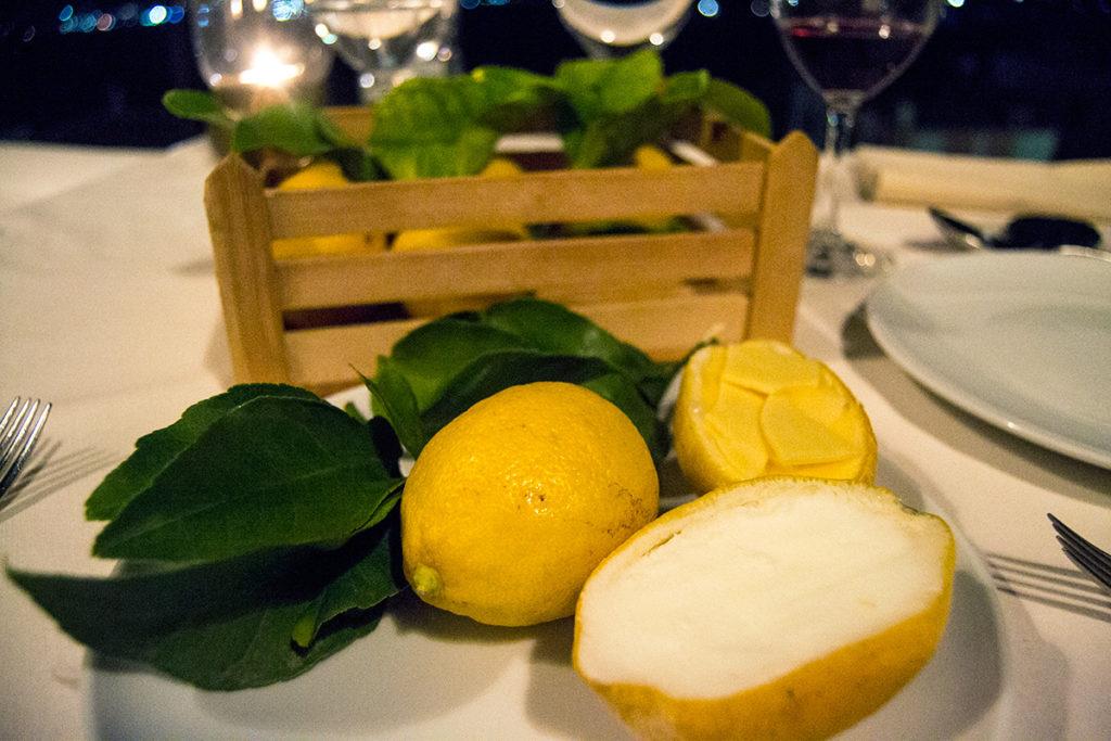 Crema de mantequilla de limón, copos de chocolate blanco, aceite de oliva virgen extra y sorbete de yogurt griego - Descubrir Santorini