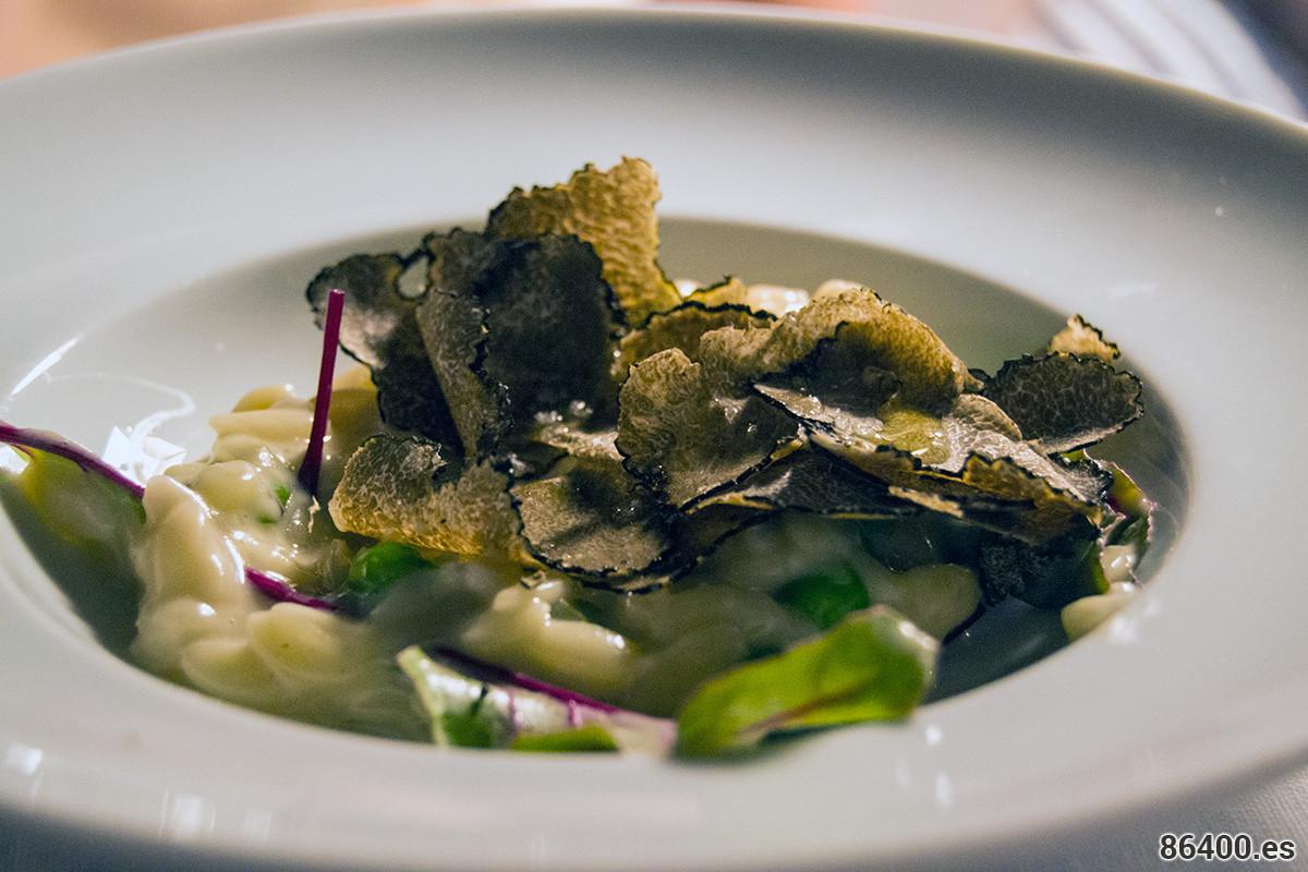 Trufas de verano - Cremoso risotto con mantequilla fresca y queso Beaufort, con jóvenes brotes de acelga