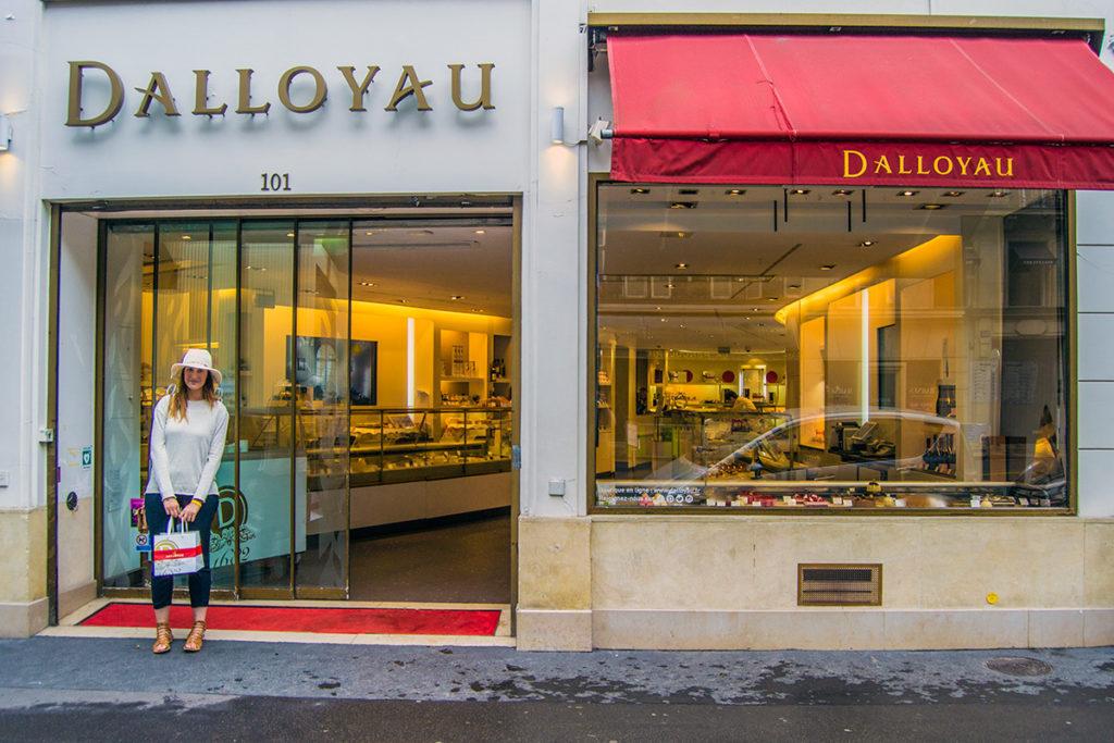 Nerea en la entrada de la tienda de Dalloyau París - Comer en París