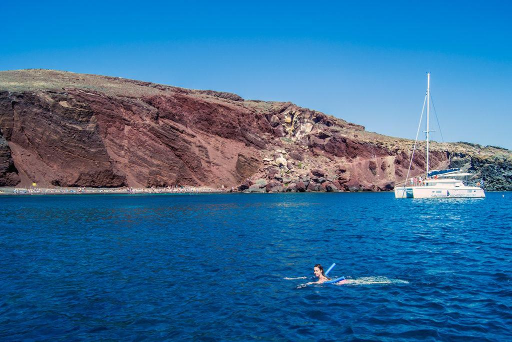 Nerea nadando cerca en la playa roja de Santorini - Descubrir Santorini