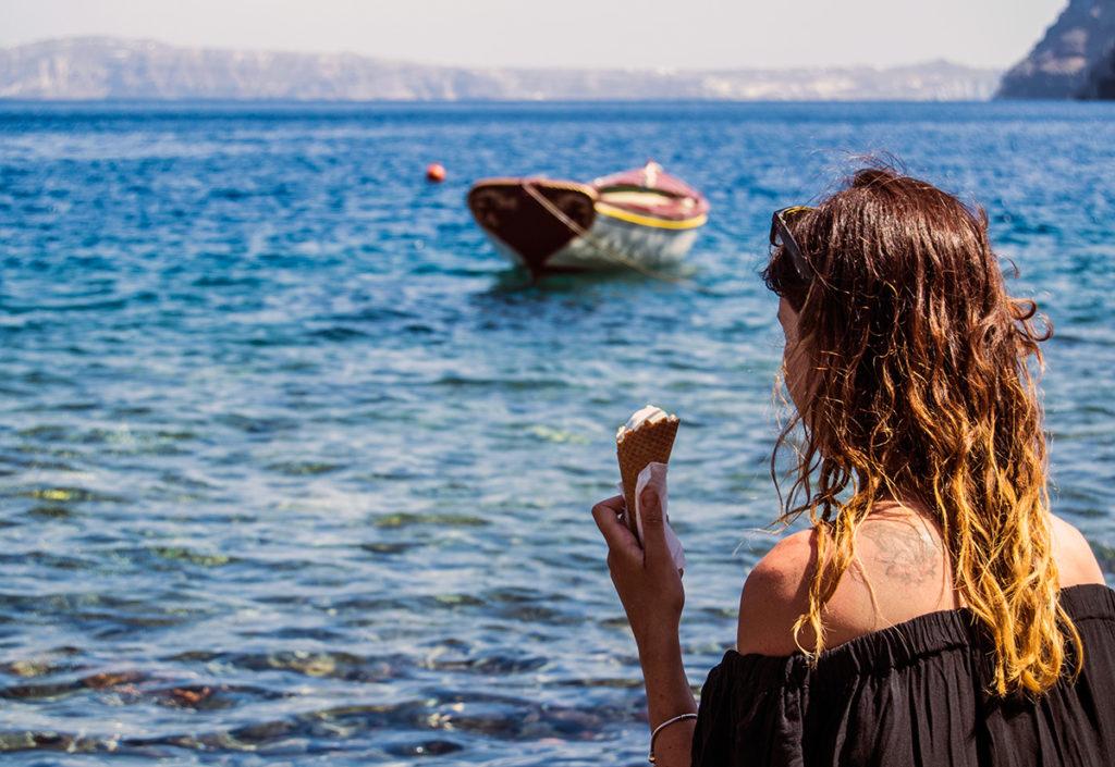 Nerea tomando un helado en la playa pedregosa de Therasia - Descubrir Santorini