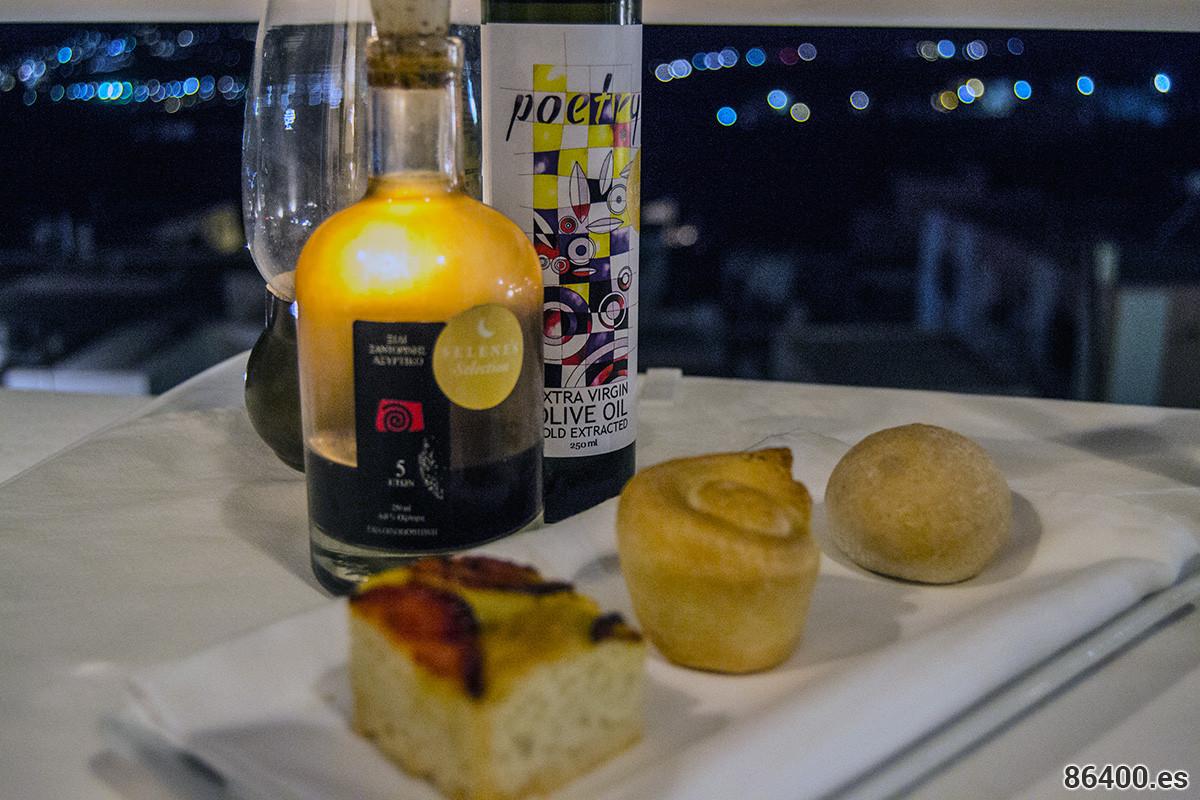 Pan casero [de izquierda a derecha: aceite de oliva extra virgen griego y tomate, hojaldre, harina de zea (tricoccum dicoccum)], aceite de oliva virgen extra griego de Peloponeso (Poesía) y vinagre de Santorini de Gaia (80% Vinagre de vino blanco de la variedad indígena Assyrtiko y vinagre balsámico 20% de la misma uva, fermentación de 5 años en barricas de roble) - Descubrir Santorini