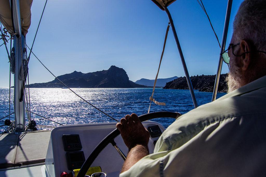Patrón del yate de Santorini Sailing navegando - Descubrir Santorini