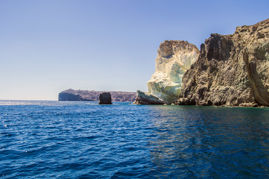 Gran roca de la playa blanca desde el barco de Santorini sailing - Descubrir Santorini